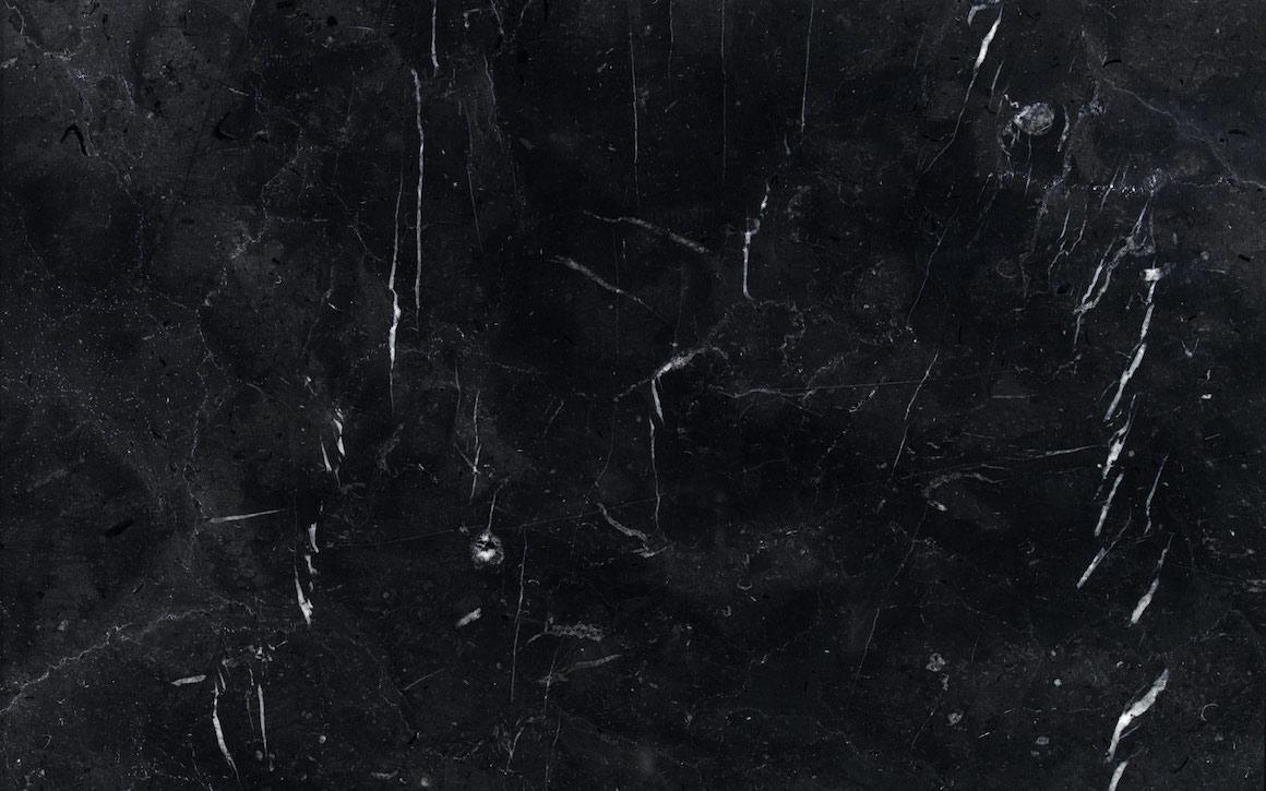 Marmo scuro. marmo nero greco bocciardato. marron emperador lastra