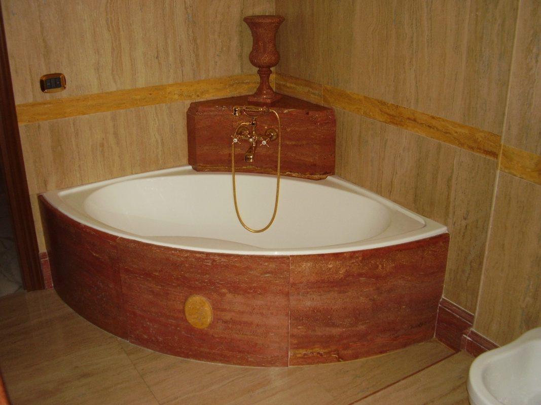 Vasca Da Bagno Rossa : Bella vasca con i petali di rosa rossa fotografia stock immagine